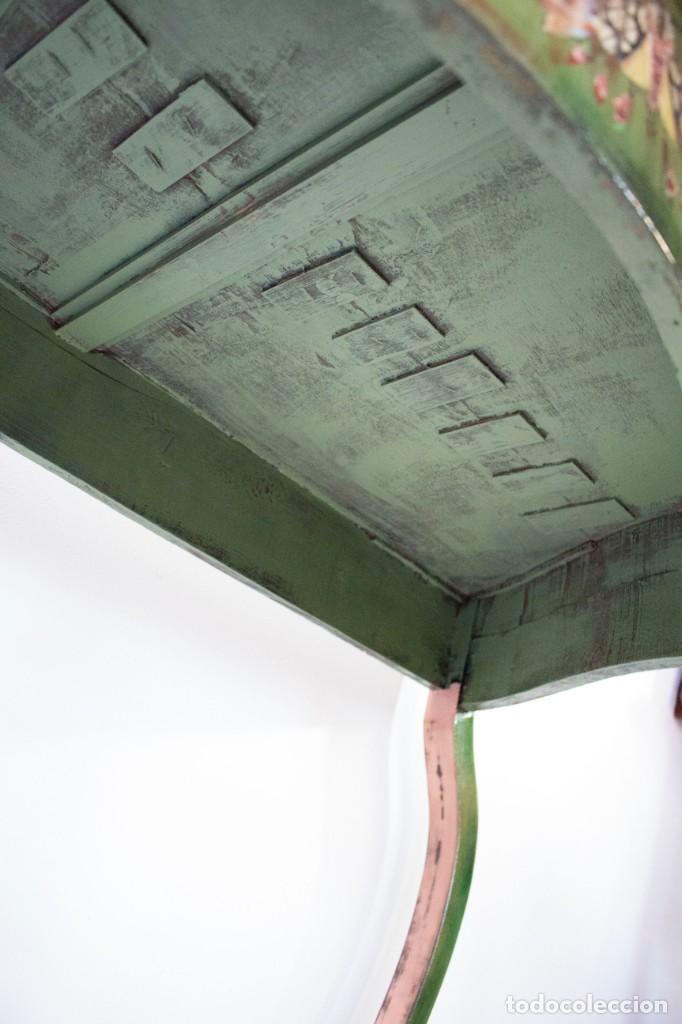 Antigüedades: Consola de roble con pata cabriolé y marco. Recuperados y pintados a mano con motivos florales - Foto 49 - 168973384