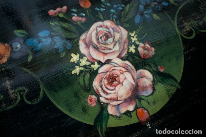 Antigüedades: Consola de roble con pata cabriolé y marco. Recuperados y pintados a mano con motivos florales - Foto 61 - 168973384