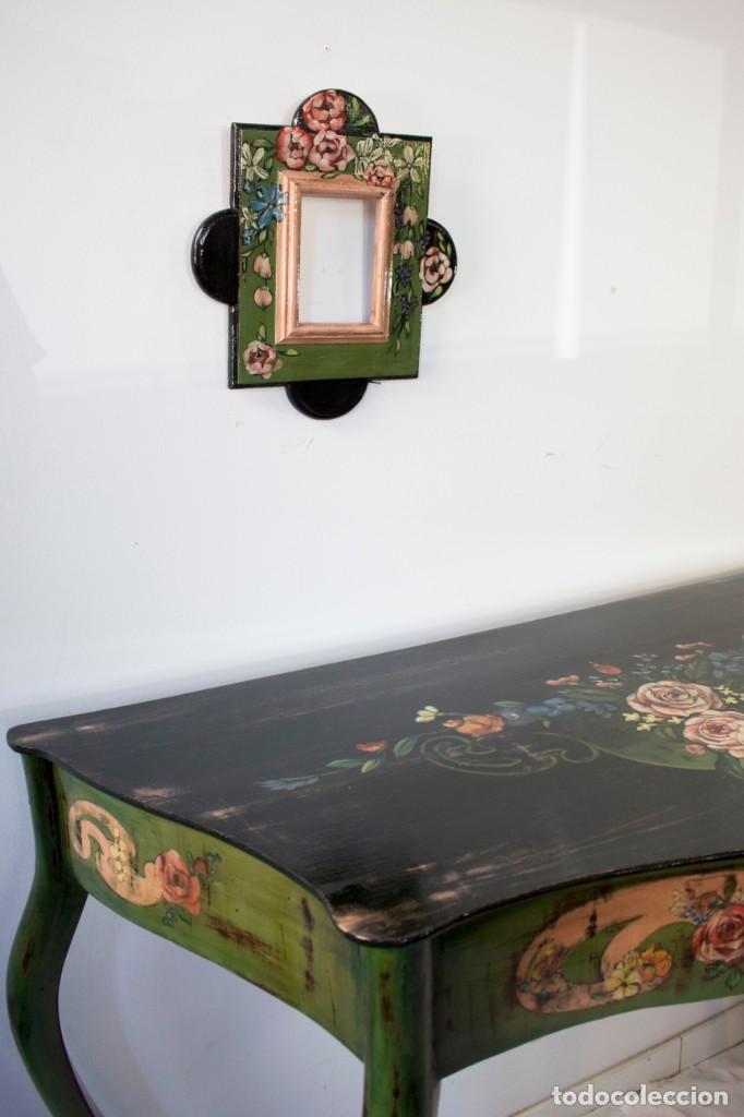 Antigüedades: Consola de roble con pata cabriolé y marco. Recuperados y pintados a mano con motivos florales - Foto 70 - 168973384