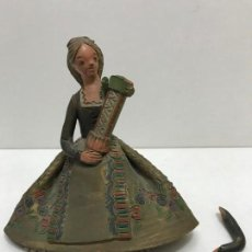 Antigüedades: FIGURA DE BARRO ANTIGUA DAMA SENTADA. Lote 169004588