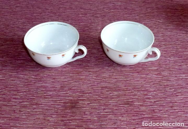 ANTIGUAS 2 TAZAS PARA DESAYUNO DE PORCELANA BLANCA DECORADAS CON FLORECILLAS. (Antigüedades - Porcelanas y Cerámicas - Otras)