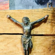 Antigüedades: CRISTO DE PARED CRUCIFIJO CRUZ DE CALAMINA PATINADA ANTIGUA IMAGEN RELIGIOSA. Lote 169046773