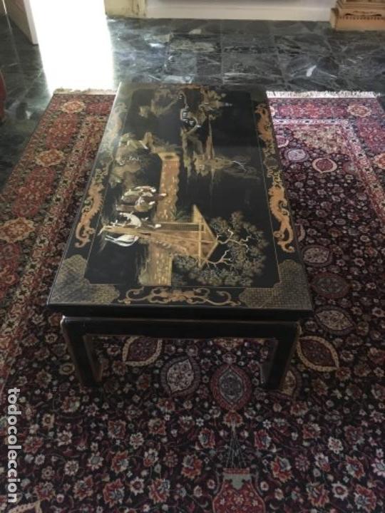 MESA LACADA ORIENTAL CON FIGURAS EN RELIEVE (Antigüedades - Muebles Antiguos - Mesas Antiguas)
