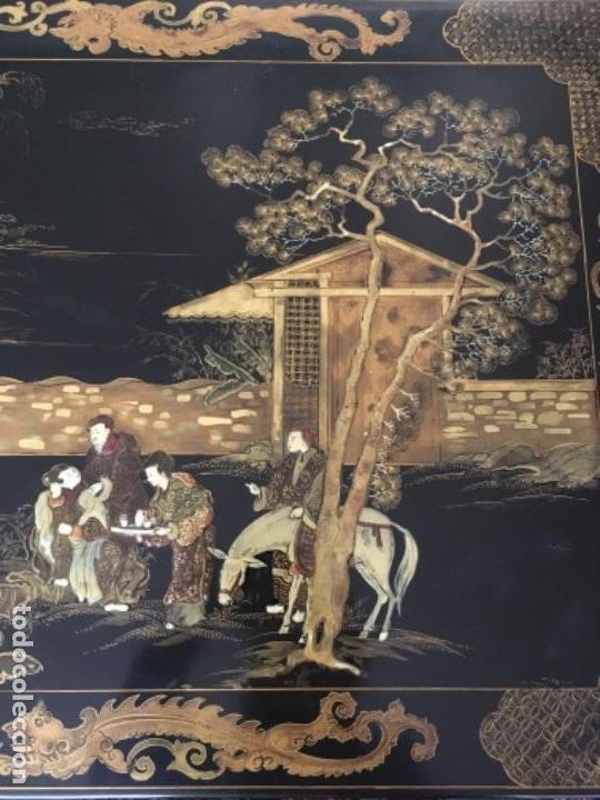 Antigüedades: MESA LACADA ORIENTAL CON FIGURAS EN RELIEVE - Foto 10 - 169068056