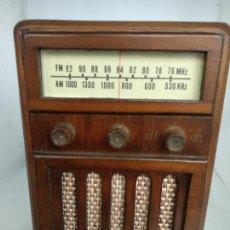 Oggetti Antichi: CAJA MUSICAL DE MADERA CON FORMA DE RADIO ANTIGUA. Lote 169083516