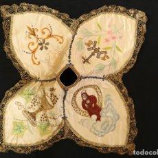 Antigüedades: PRECIOSO CUBRE-COPÓN DEDICADO A S. FCO DE PAULA, EN SEDAS Y BORDADOS EN ORO. SIGLO XIX.. Lote 169133700