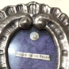 Antigüedades: RELICARIO EN CAJA REPUJADA PLATEADA VIRGEN REYES SEVILLA.. Lote 169173044