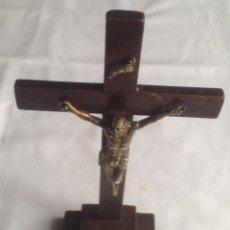 Antigüedades: ANTIGUA CRUZ CON CRISTO, CRUZ CON BASE SOBREMESA EN MADERA Y CRISTO EN METAL. Lote 169190188