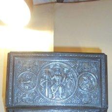 Antigüedades: ARQUETA ROMANICA (REALIZADA AÑOS 60 ) EN MADERA Y PLATA DE LEY REPUJADA , BUEN ESTADO ES COPIA DE. Lote 169321664