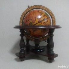Antigüedades: GLOBO TERRÁQUEO CON BASE DE MADERA Y PAPEL GIRATORIA 25 X20 CTMS. Lote 169357440