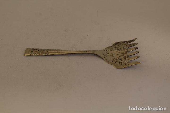 Antigüedades: tenedor de servicio con plata de ley punzonada - Foto 4 - 169367861