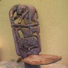 Antiquités: SILLA ANTIGUA TALLADA EN MADERA DE ÉBANO.ELEFANTES Y ANIMALES. ARTE AFRICANO POPULAR. Lote 169377192