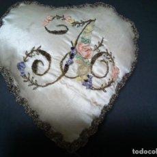 Antigüedades: *COJIN ALFILETERO.SEDA BORDADA A MANO. (RF: 189/*). Lote 169406436