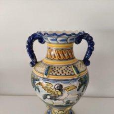 Antigüedades: JARRON ANFORA DE TALAVERA EN CERAMICA ESMALTADA PINTADO A MANO - SASO. Lote 169433608