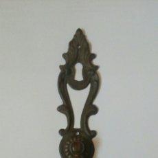 Antigüedades: TIRADOR DE BRONCE CON BOCALLAVE. Lote 169472646