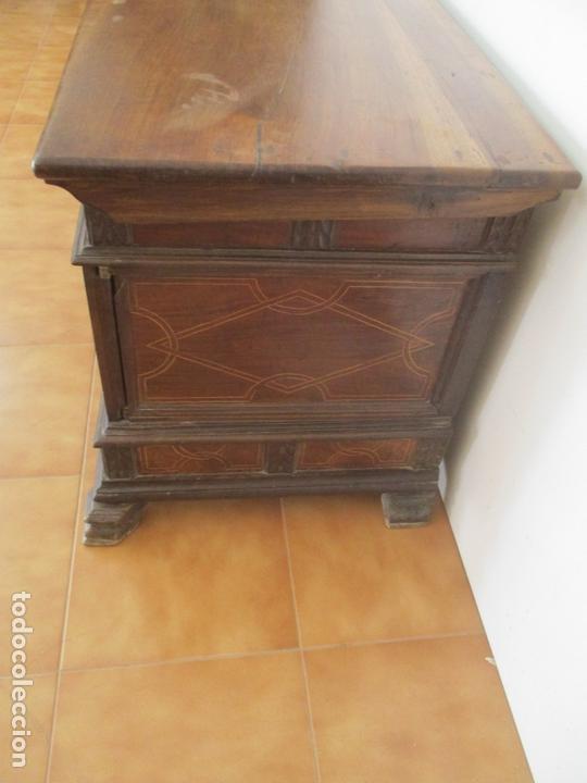 Antigüedades: Antigua Caja de Novia, Baúl, Arcón Catalán - Madera de Nogal y Marquetería - S. XVIII - Foto 12 - 169475608