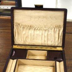 Antigüedades: JOYERO MUSICAL DE VIAJE EN PIEL CON GOFRADOS EN TAPA. SIGLO XIX. Lote 169557805