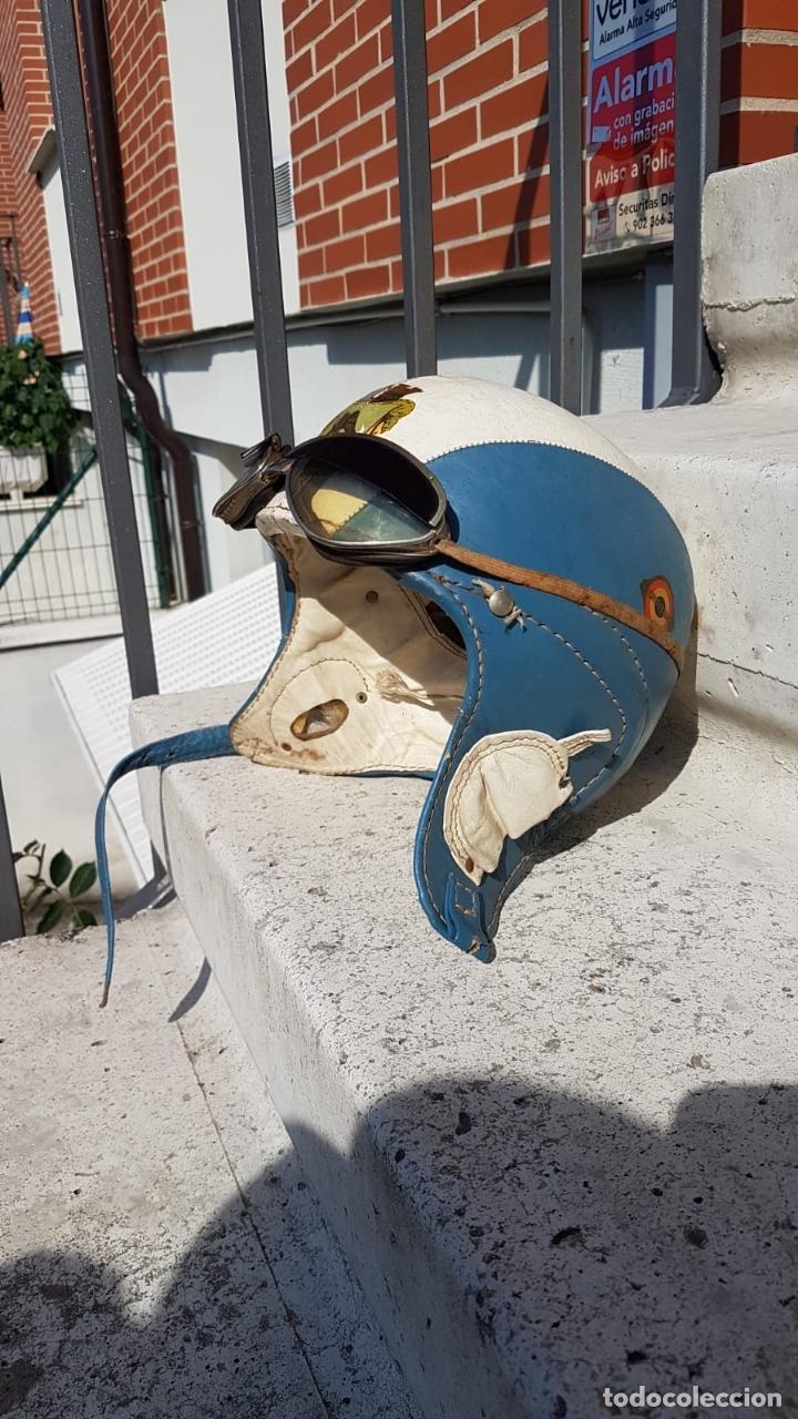 CASCO ANTIGUO DE MOTO CON GAFAS AZUL Y BLANCO EXPECTACULARES,AÑOS 40-50 APROX (Antigüedades - Varios)