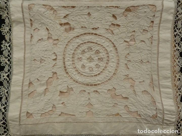 Antigüedades: ANTIGUA PIEZA DE MUSELINA DE ENCAJE RICHELIEU Y BOLILLO SOBRE SEDA ROSA S.XIX - Foto 2 - 169666084