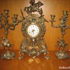 Antigüedades: RELOJ CON JUEGO DE CANDELABROS EN BRONCE. Lote 169667120