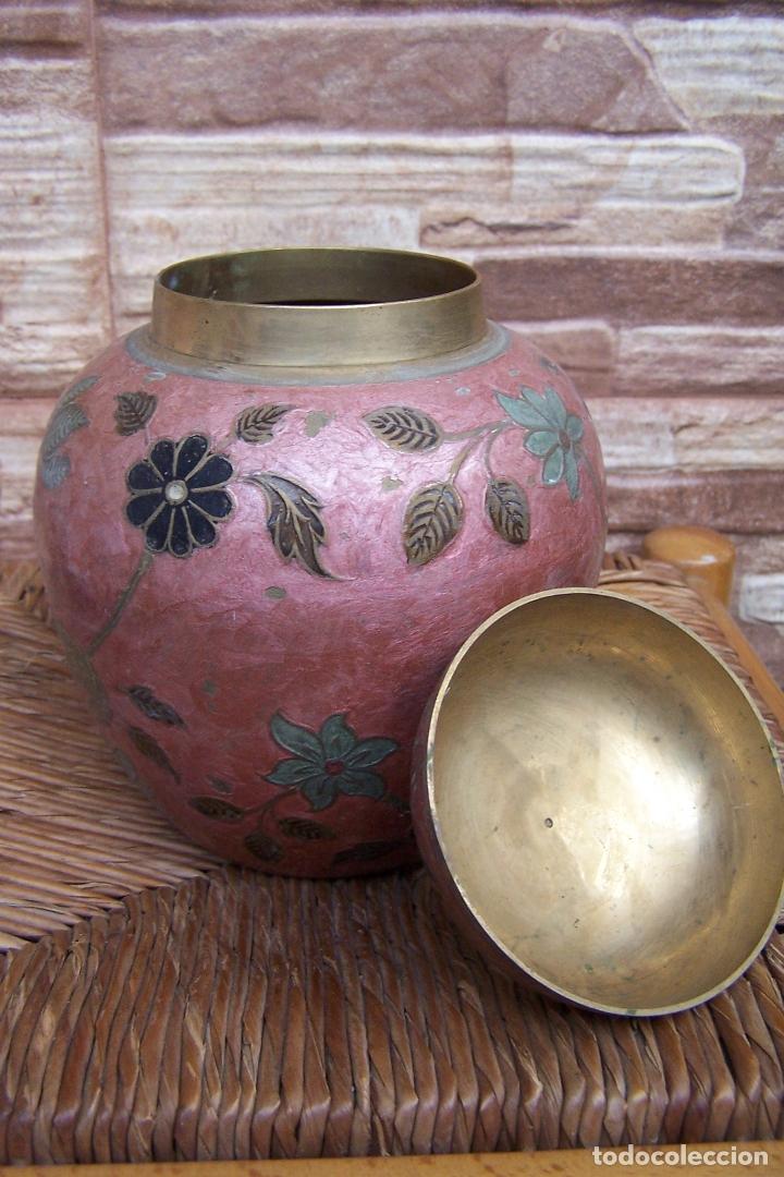 Antigüedades: JARRÓN CON TAPA, TIBOR, EN LATÓN ESMALTADO. 16 CMS. DE ALTURA. - Foto 3 - 169732048