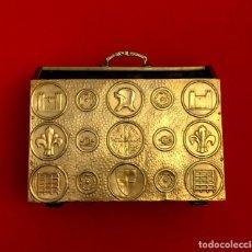 Antigüedades: REVISTERO DE ORIGEN INGLES EN LATON REPUJADO Y MADERA.. Lote 110054367