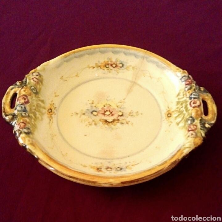 PLATO DE CERAMICA. ANTONIO PEYRO. MOTIVOS FLORALES. (Antigüedades - Porcelanas y Cerámicas - Otras)