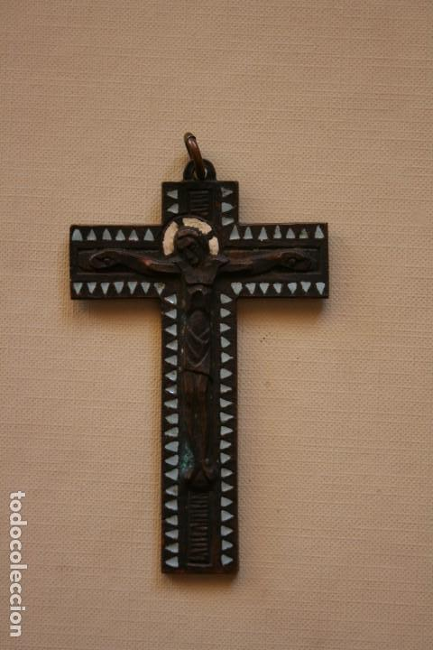 JOSEP MARIA NUET MARTÍ (BARCELONA, 1914-1998) CRUZ, CRISTO, BRONCE Y ESMALTE ,DE TIPO ROMANICO. (Antigüedades - Religiosas - Crucifijos Antiguos)