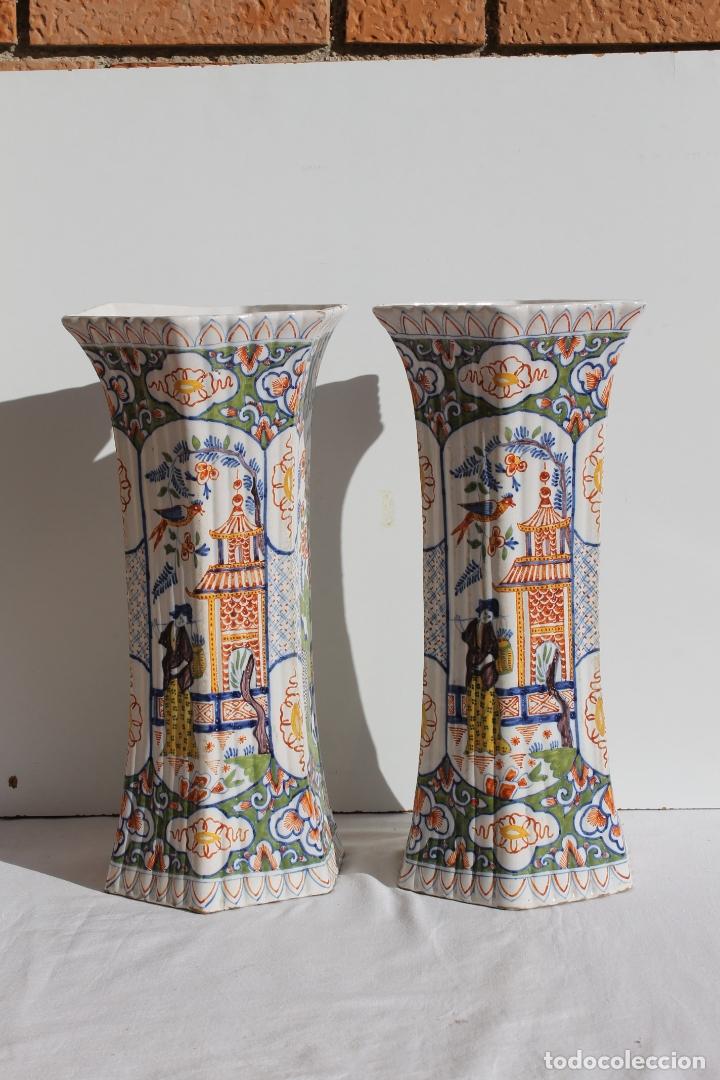 PAREJA DE JARRONES DE CERAMICA DE DELFT SIGLO XVIII (Antigüedades - Porcelana y Cerámica - Holandesa - Delft)
