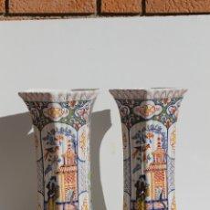 Antigüedades: PAREJA DE JARRONES DE CERAMICA DE DELFT SIGLO XVIII. Lote 169804736