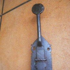 Antigüedades: ANTIGUO PESTILLO DE FORJA CINCELADO. Lote 169811872