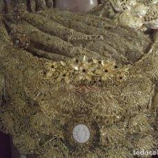 Antigüedades: GRAN BROCHE PECTORAL METAL DORADO LILA VIRGEN PROCESIONAL SEMANA SANTA TAMAÑO NATURAL TAMAÑO 12 CM . Lote 169820328