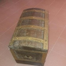 Antigüedades: BAÚL MUY ANTIGUO DE MADERA FORRADO. Lote 169837724