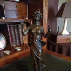Antigüedades: FIGURA DE BRONCE DE MUJER SOBRE PEANA DE MARMOL BLANCO. Lote 169889268