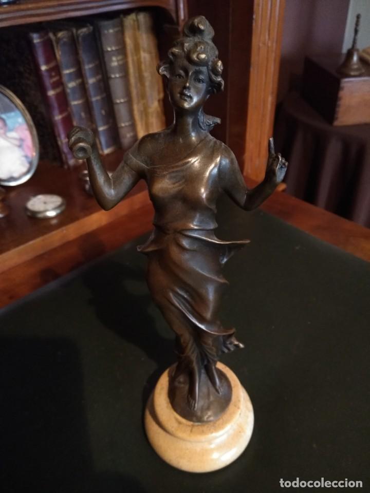 Antigüedades: Figura de bronce de mujer sobre peana de marmol blanco - Foto 2 - 169889268