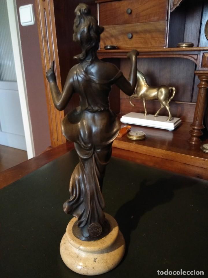 Antigüedades: Figura de bronce de mujer sobre peana de marmol blanco - Foto 4 - 169889268