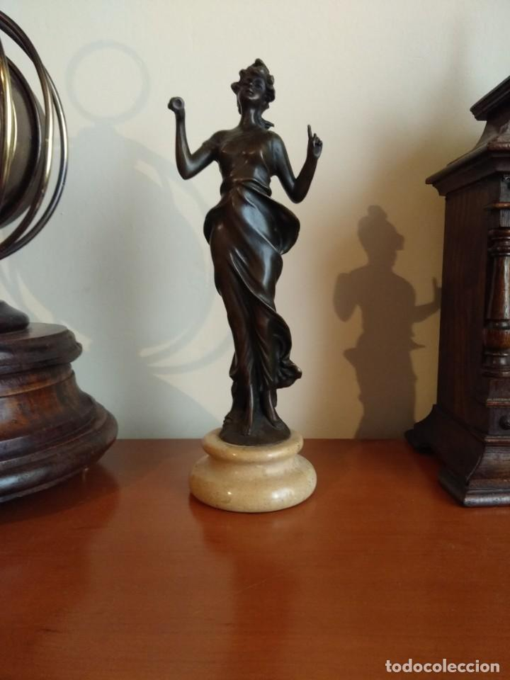 Antigüedades: Figura de bronce de mujer sobre peana de marmol blanco - Foto 12 - 169889268