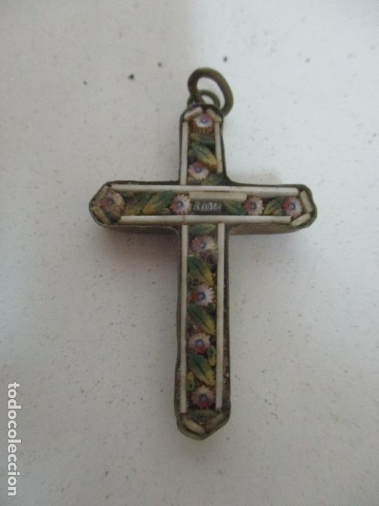 PEQUEÑA CRUZ ANTIGUA - ROMA - BRONCE - DECORACIÓN EN HUESO Y ESMALTE - S. XVIII-XIX (Antigüedades - Religiosas - Cruces Antiguas)