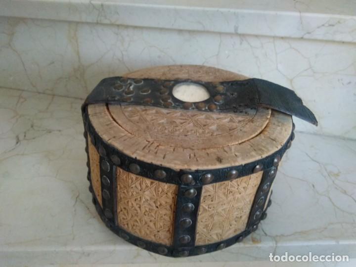 BONITA FIAMBRERA DE PASTOR TALLADA, CORCHO Y CUERO (Antigüedades - Técnicas - Rústicas - Ganadería)