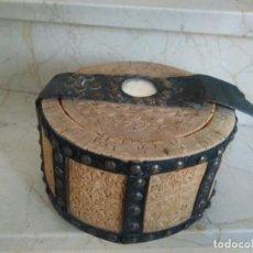 Antigüedades: BONITA FIAMBRERA DE PASTOR TALLADA, CORCHO Y CUERO. Lote 169926036