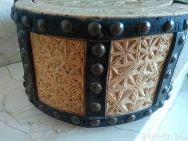 Antigüedades: Bonita fiambrera de pastor tallada, corcho y cuero - Foto 2 - 169926036