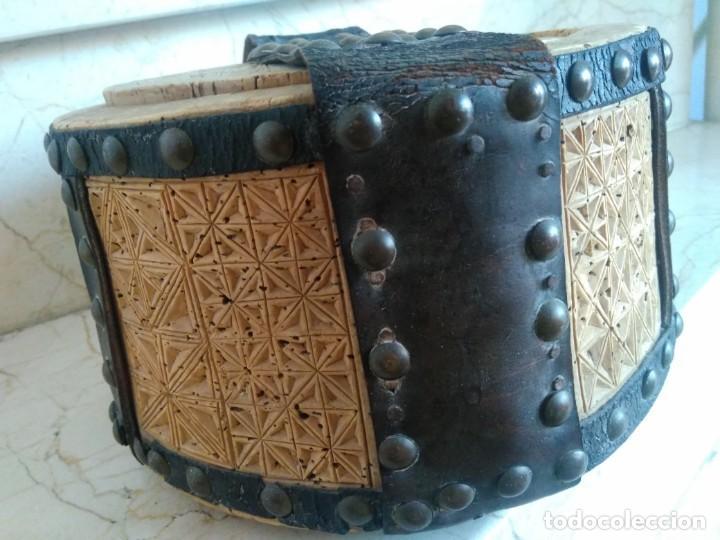 Antigüedades: Bonita fiambrera de pastor tallada, corcho y cuero - Foto 4 - 169926036