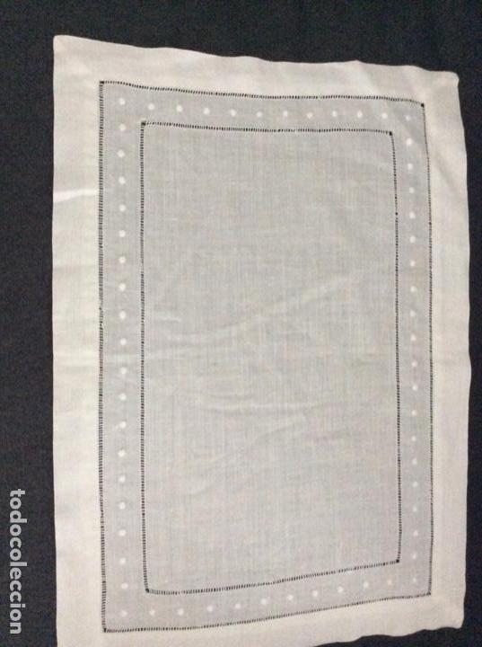 Antigüedades: Tapete de hilo con vainicas y bordado de bodoques. Siglo XX - Foto 2 - 170014568