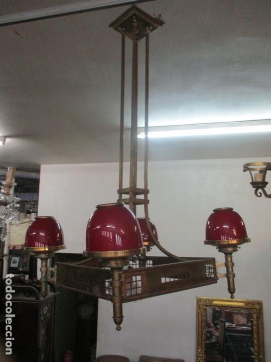 Antigüedades: Bonita Lampara de Techo, Art Decó - Bronce - Tulipas de Cristal, Color Rojo - 5 Luces - Años 20 - Foto 2 - 170043004