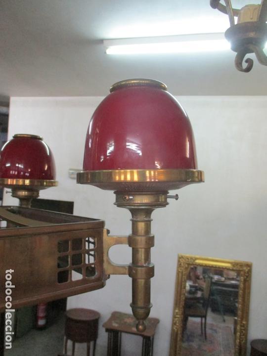 Antigüedades: Bonita Lampara de Techo, Art Decó - Bronce - Tulipas de Cristal, Color Rojo - 5 Luces - Años 20 - Foto 3 - 170043004