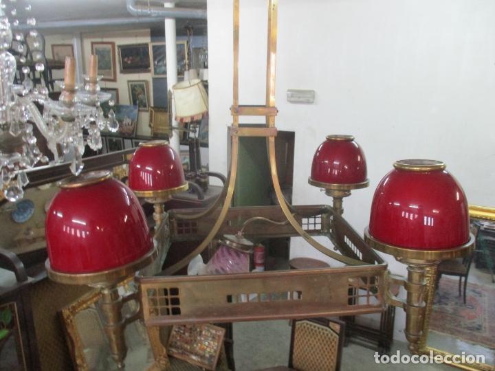 Antigüedades: Bonita Lampara de Techo, Art Decó - Bronce - Tulipas de Cristal, Color Rojo - 5 Luces - Años 20 - Foto 6 - 170043004