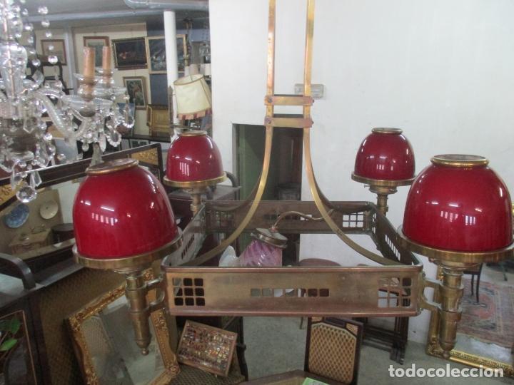 Antigüedades: Bonita Lampara de Techo, Art Decó - Bronce - Tulipas de Cristal, Color Rojo - 5 Luces - Años 20 - Foto 9 - 170043004