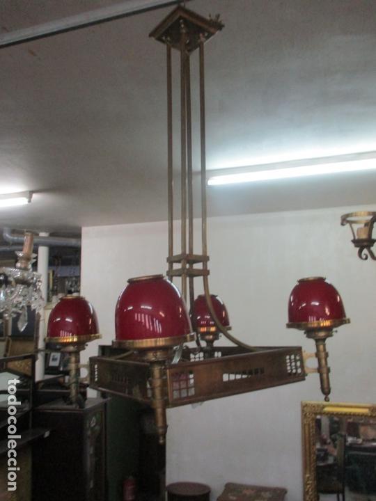 BONITA LAMPARA DE TECHO, ART DECÓ - BRONCE - TULIPAS DE CRISTAL, COLOR ROJO - 5 LUCES - AÑOS 20 (Antigüedades - Iluminación - Lámparas Antiguas)