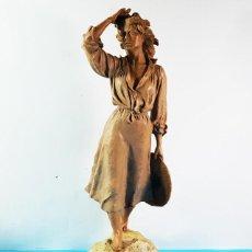 Antigüedades: BONITA ESCULTURA DE RESINA DE JOSEP BOFILL, MUJER CON SOMBRERO, NUMERADA: 100/3999 38 X 14 CM . Lote 170067520