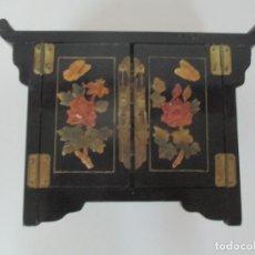 Antigüedades: PEQUEÑO ARMARIO JOYERO ORIENTAL - CHINA - MADERA Y LACA NEGRA CON DECORACIONES. Lote 170075804